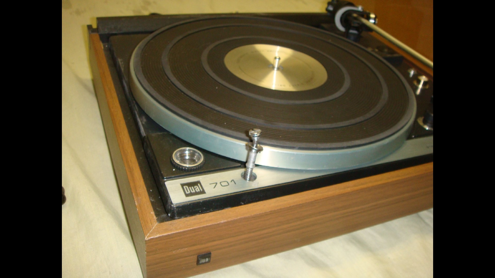 Dual 701 Turntable for Sale http://www.ebay.com/itm/DUAL-701-T550-TURNTABLE-FOR-PARTS-REPAIR-READ-/400493953347